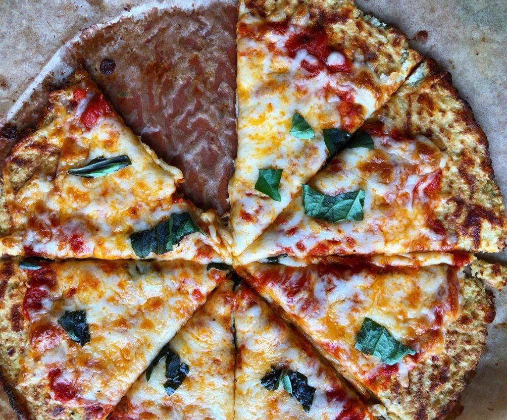 Pizza con base de coliflor con toppings