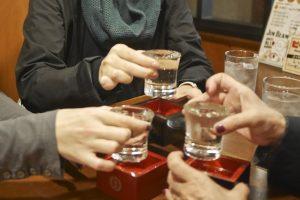 Amigos bebiendo sake de Kioto