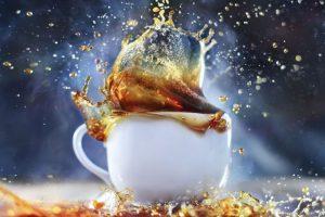 Café saliendo de taza de café