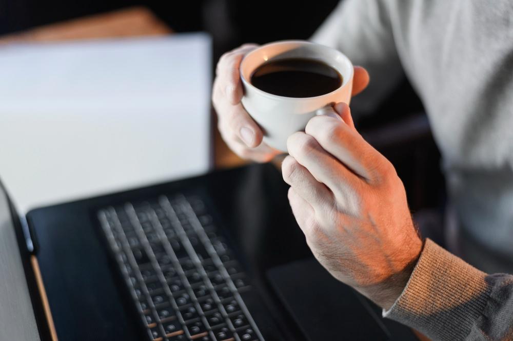 Hombre sosteniendo taza de café en el trabajo