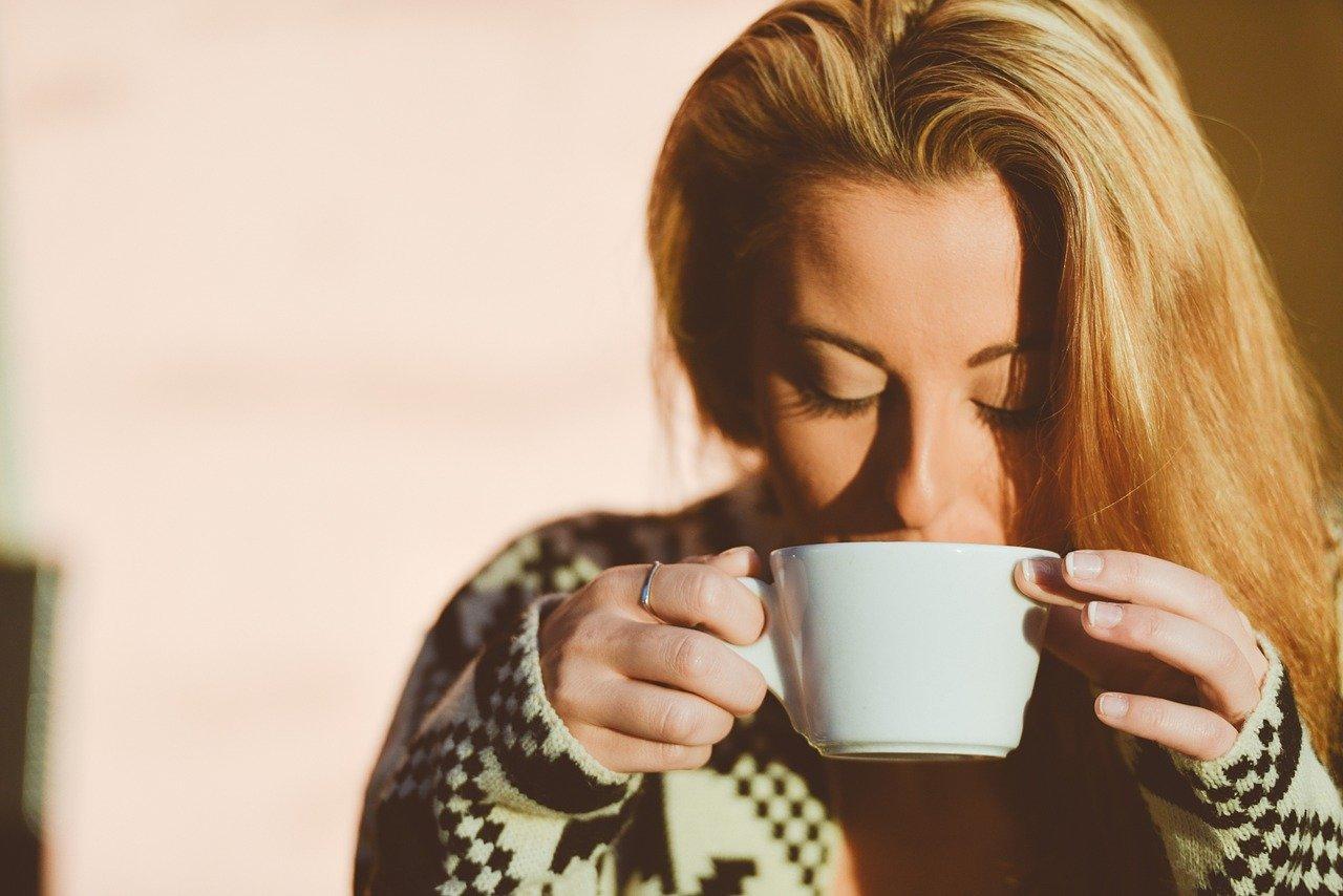 Mujer probando a que sabe el café