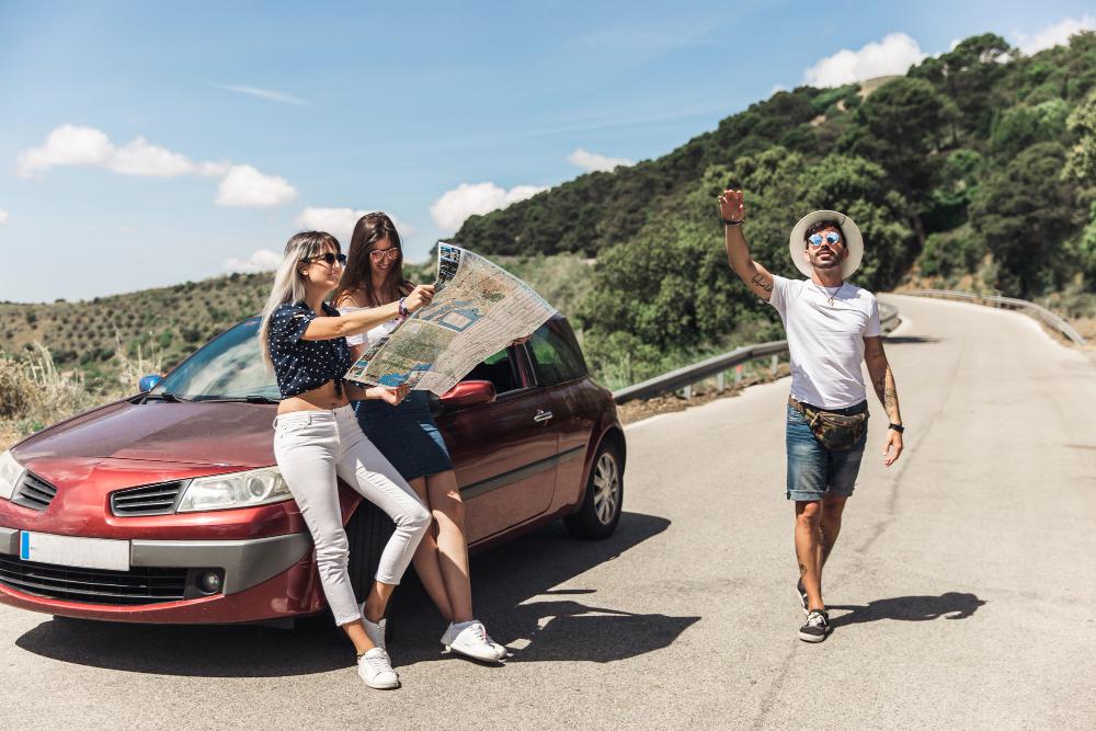 amigos verificando mapa durante un viaje en carretera