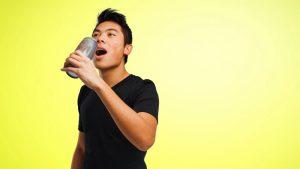 hombre bebiendo bebida energética