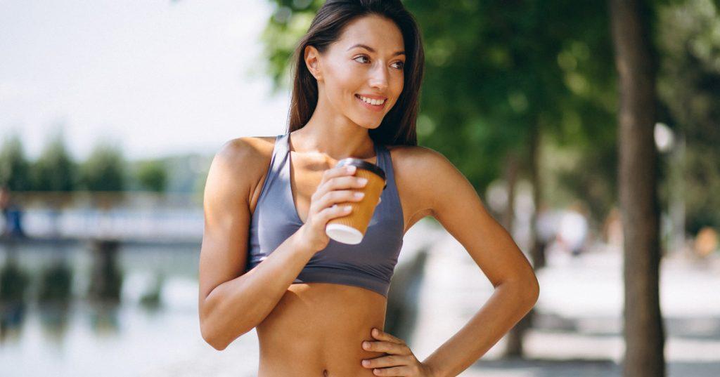 mujer bebiendo café después de ejercicio