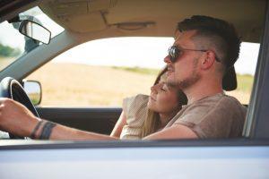 pareja amorosa en viajes por carretera