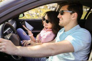 pareja en auto en viaje por carretera