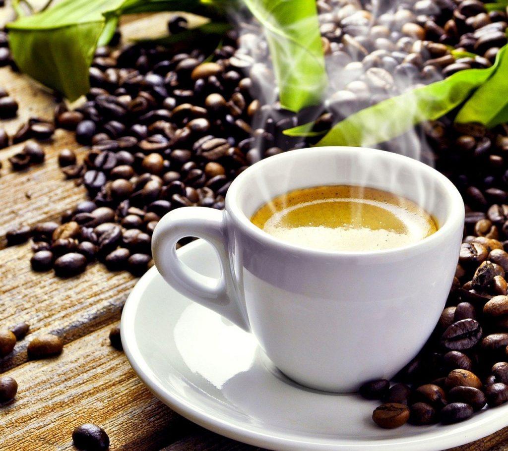 taza con aroma a café caliente