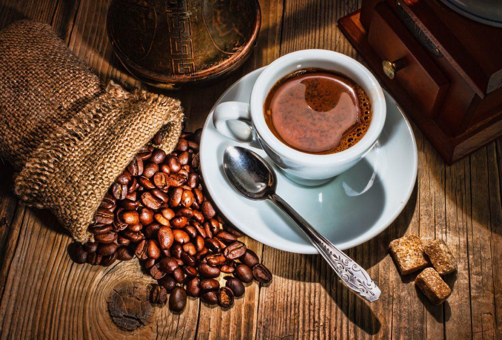 taza de café con granos de café alrededor